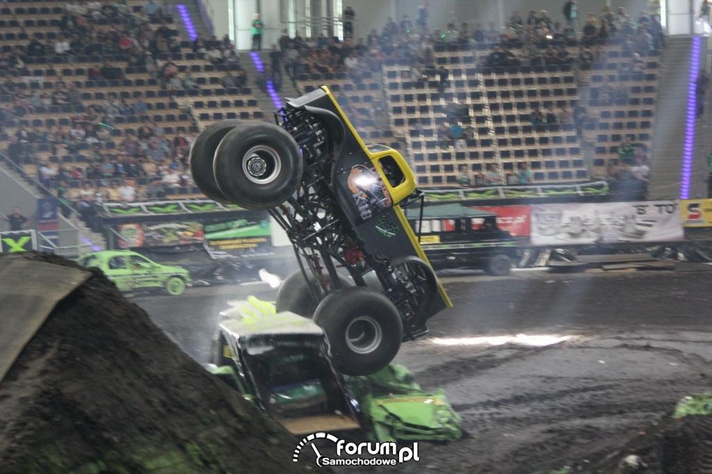 California KID - Monster Truck, przejazd po samochodach