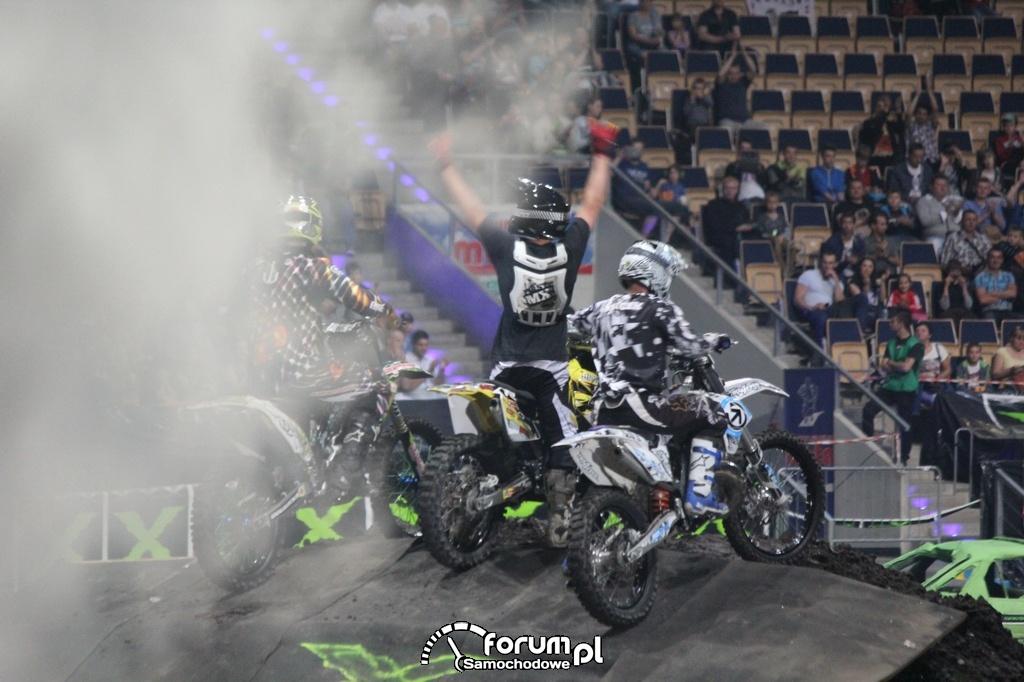 Motocyklowi kaskaderzy z FMX Stunt Riders, 2