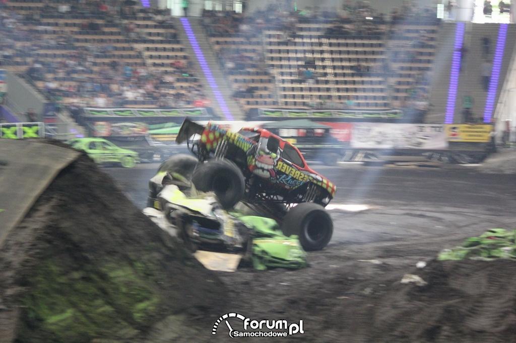 Reverse Racer - Monster Truck, przejazd po samochodach