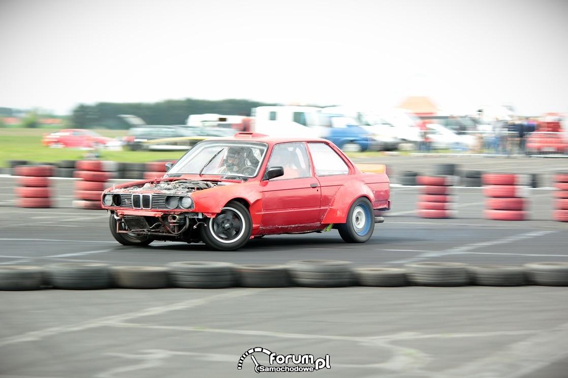 Drift BMW E30 na lotnisku