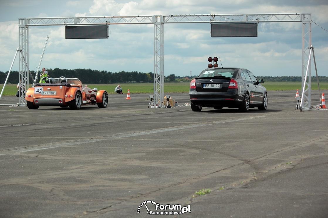 Samochody na linii startu na 1-4 mili