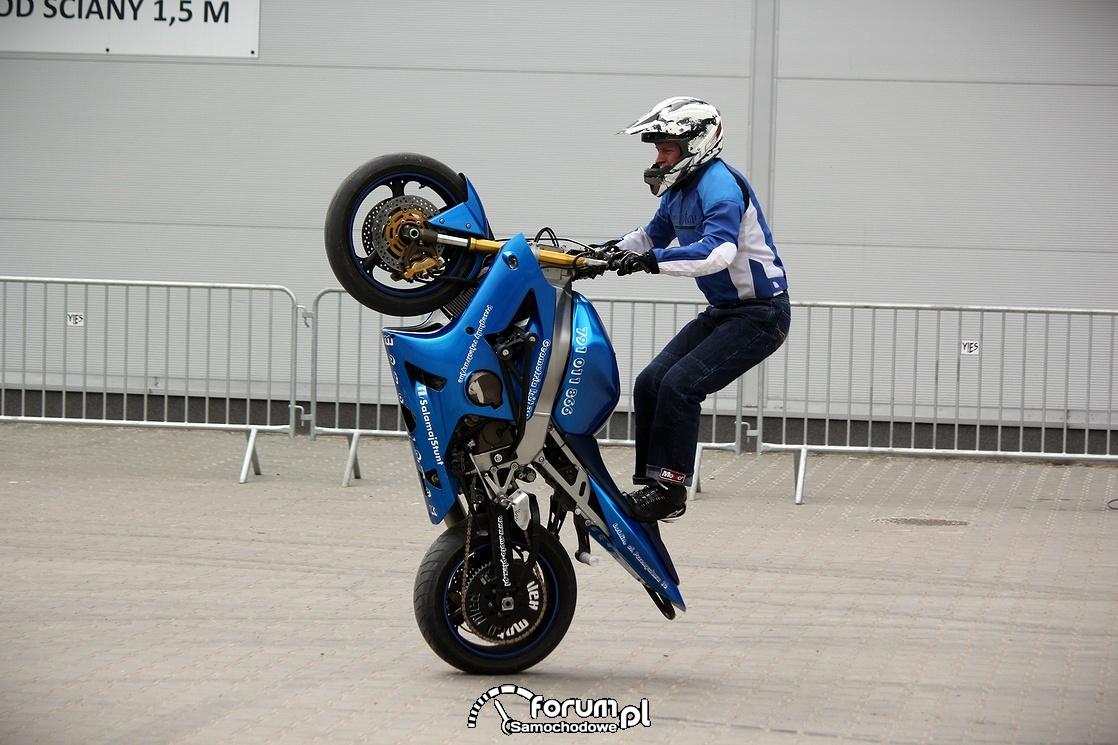 Jazda na stojąco na jednym kole, stunt motocyklowy