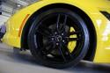 Chevrolet Corvette C7, czarne alufelgi i żółte zaciski