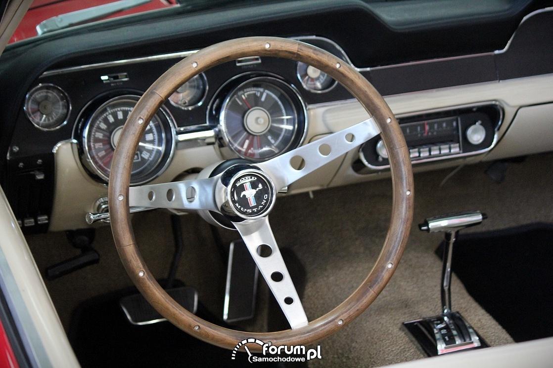 Ford Mustang 1966 rok, drewniana kierownica, wnętrze
