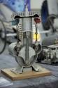 Przekrój cylindra z tłokiem i zaworami