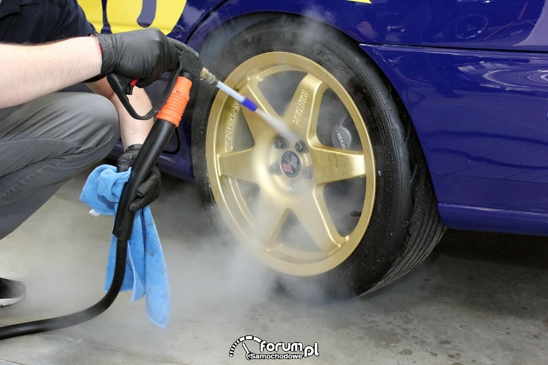 Mycie felg, śrub mocujących koło gorącą parą