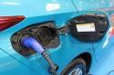 Tankowanie auta elektrycznego, wtyczka ładowania hybrydy plug-in