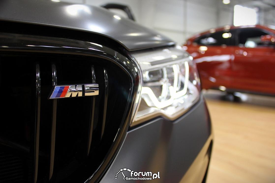 BMW M5 Competition, emblemat M5