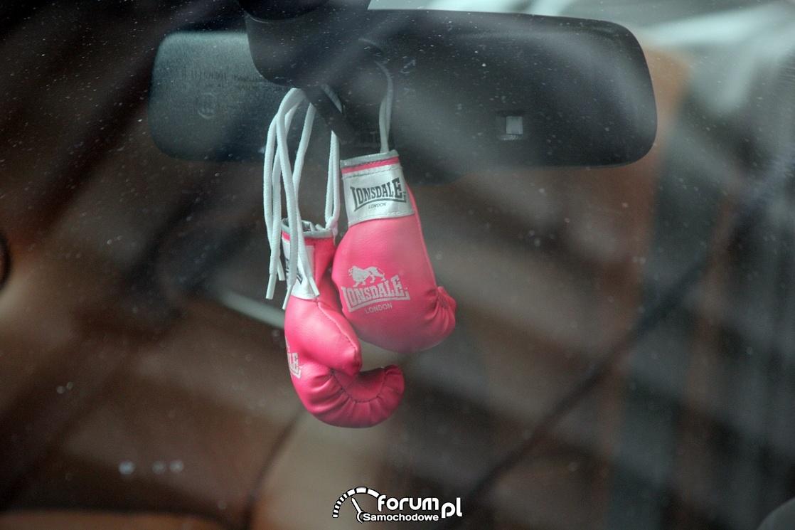 Rękawice bokserskie na lusterku w samochodzie
