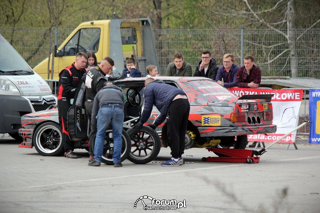 Szybka wymiana kół w samochodzie do driftu