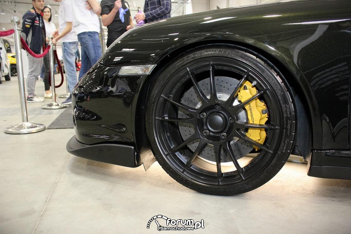 Tarcze nawiercane, zaciski Porsche, czarne alufelgi