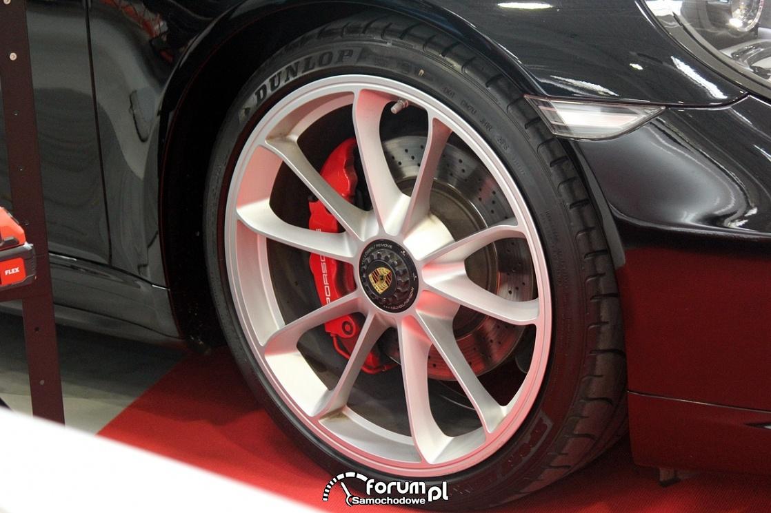 Alufelgi Porsche i czerwone zaciski hamulcowe
