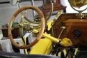 Drewniana kierownica w zabytkowym samochodzie