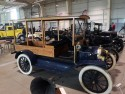 Zabytkowe auto z drewnianą nadbudową
