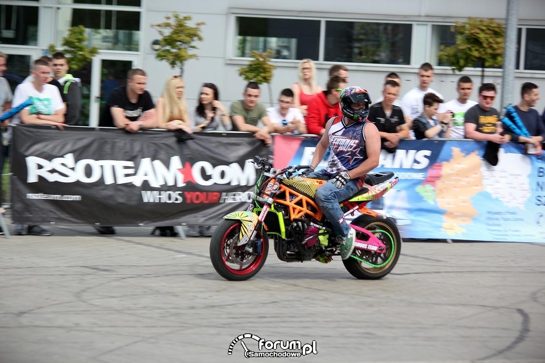 Jazda na motorze bez trzymanki