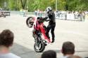 Jazda na motorze na stojąco na tylnym kole