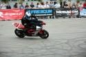 Jazda na motorze z nogami na kierownicy