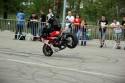Jazda na przednim kole siedząc na baku, stunt motocyklowy