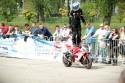Jazda na stojąco na baku motoru