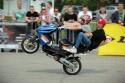 Jazda z pasażerem na skuterze na jednym kole
