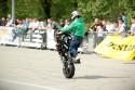 Na stojąco na motorze na tylnym kole