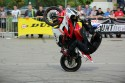 Pionowa jazda na jednym kole na motorze