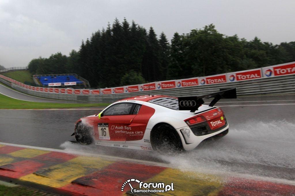 Audi R8 LMS ultra na torze w Spa w deszczu, 2