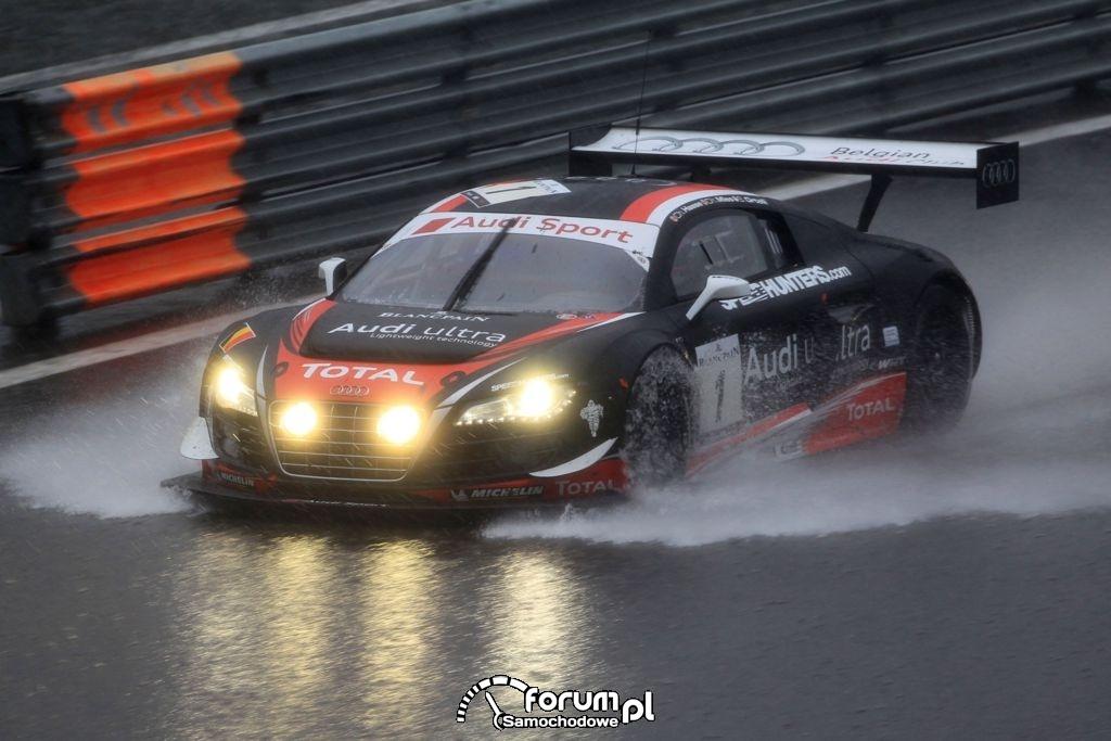 Audi R8 LMS ultra na torze w Spa w deszczu