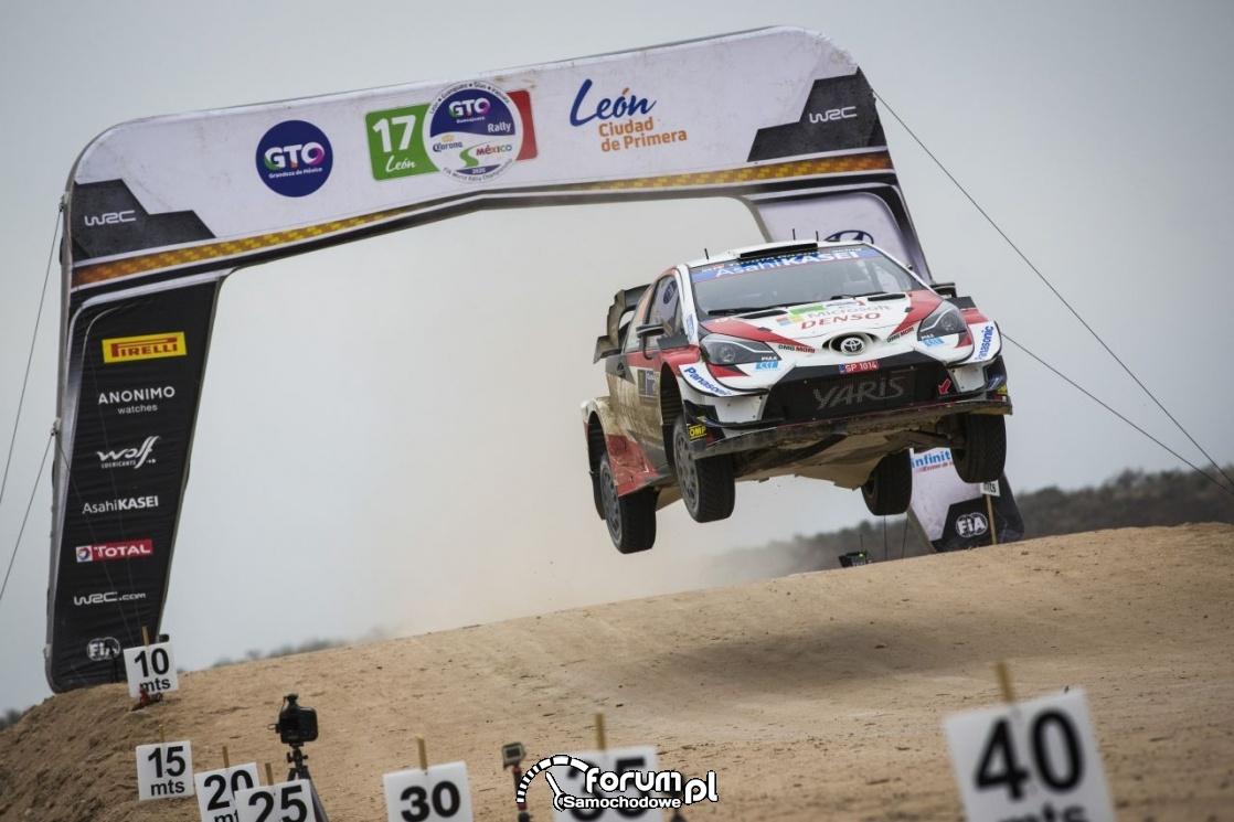 Toyota Yaris WRC - Rajd Meksyku, w powietrzu