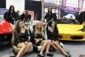 Dziewczyny, hostessy, medelki na stoisku Ferrari