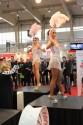 Tańczące dziewczyny na targach