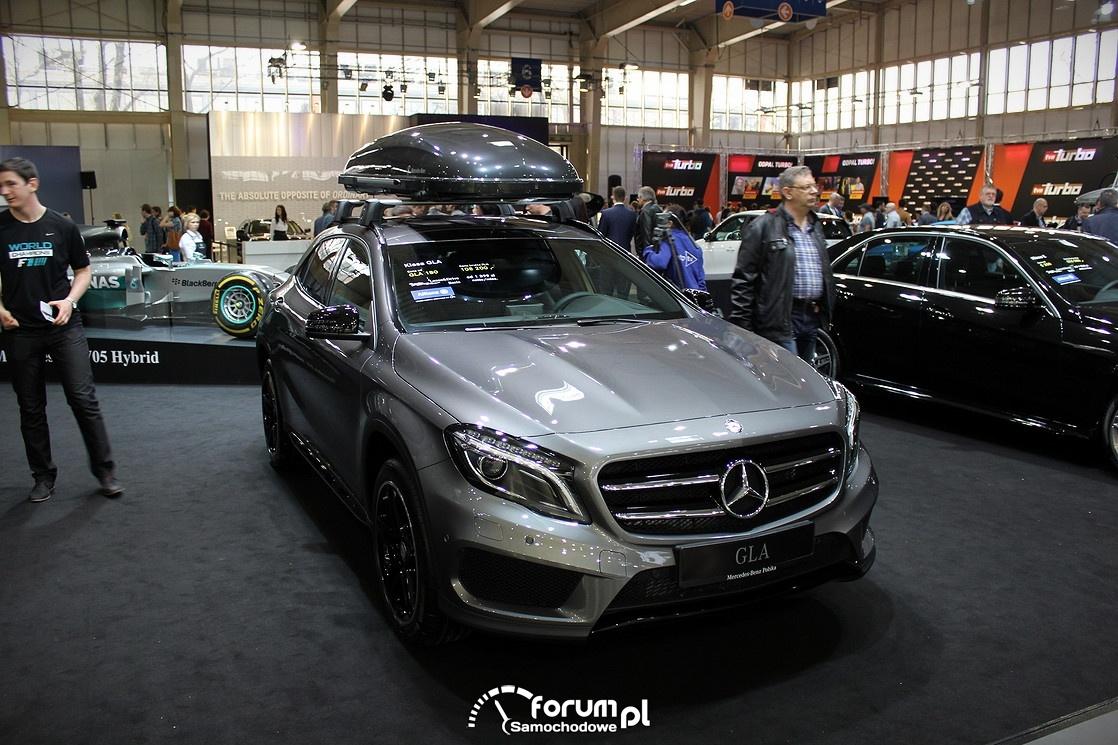 Mercedes GLA z boksem na dachu