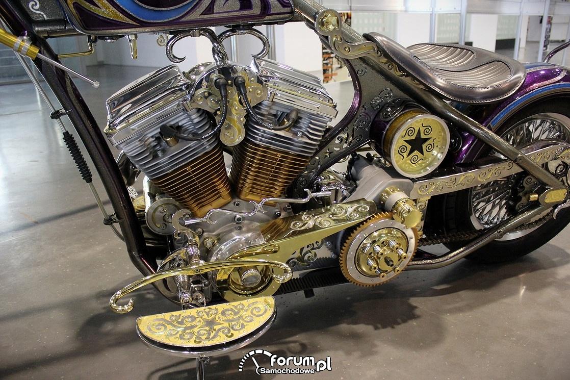 Pozłacany silnik w motorze