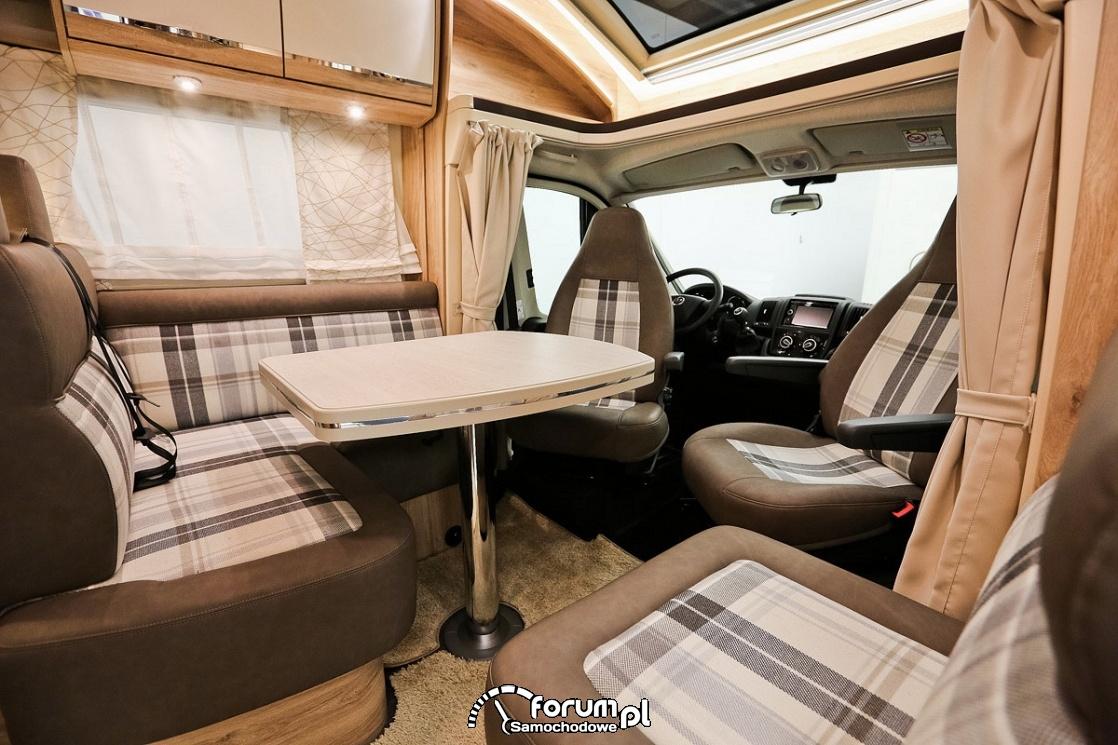 Kamper, siedzenia z pasami dla pasażerów