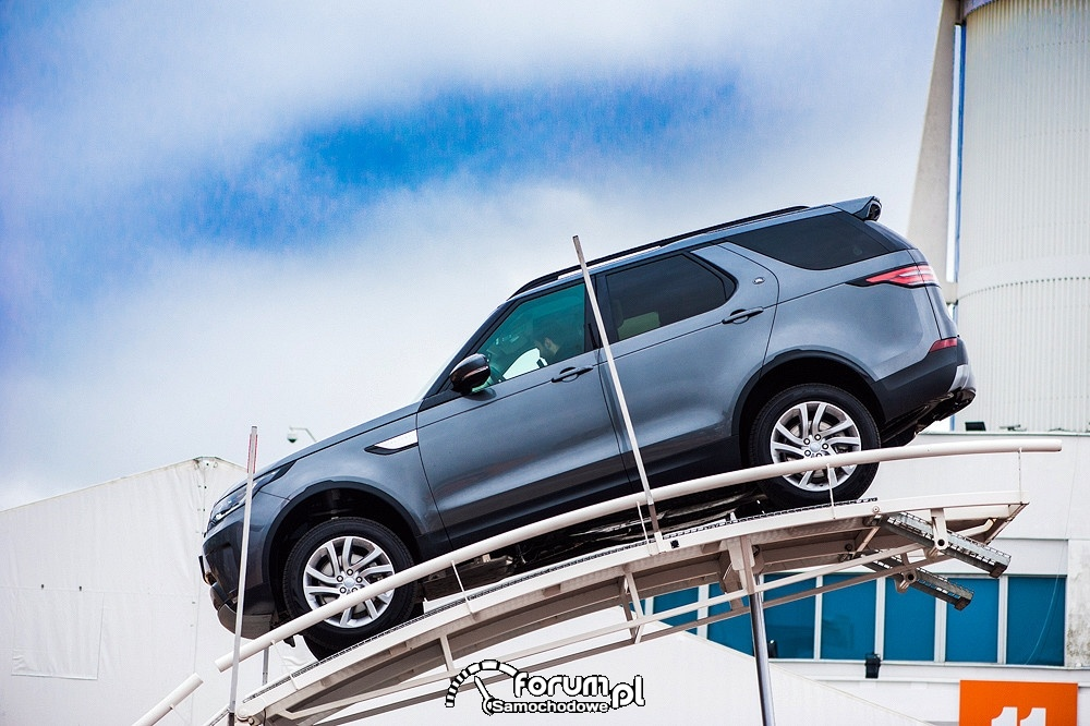 Land Rover Discovery na rampie