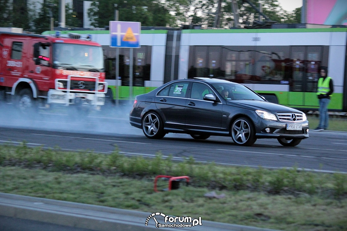 Mercedes-Benz C klasa, przypalona guma podczas startu