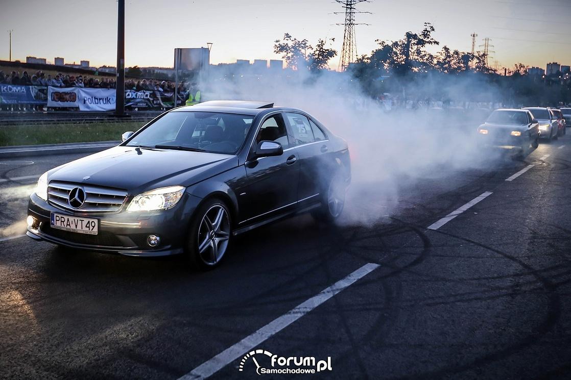 Palenie gumy Mercedesem