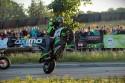 Stunt motocyklowy, akrobacje na stojąco i na jednym kole