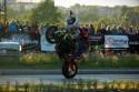 Stunt motocyklowy, dwie osoby na motorze, 2