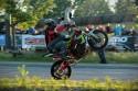 Stunt motocyklowy, dwie osoby na motorze