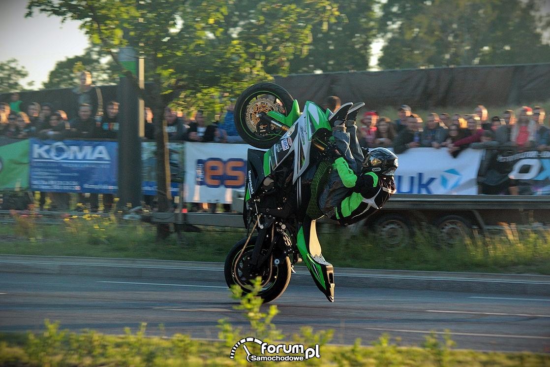 Stunt motocyklowy, pionowo na jednym kole
