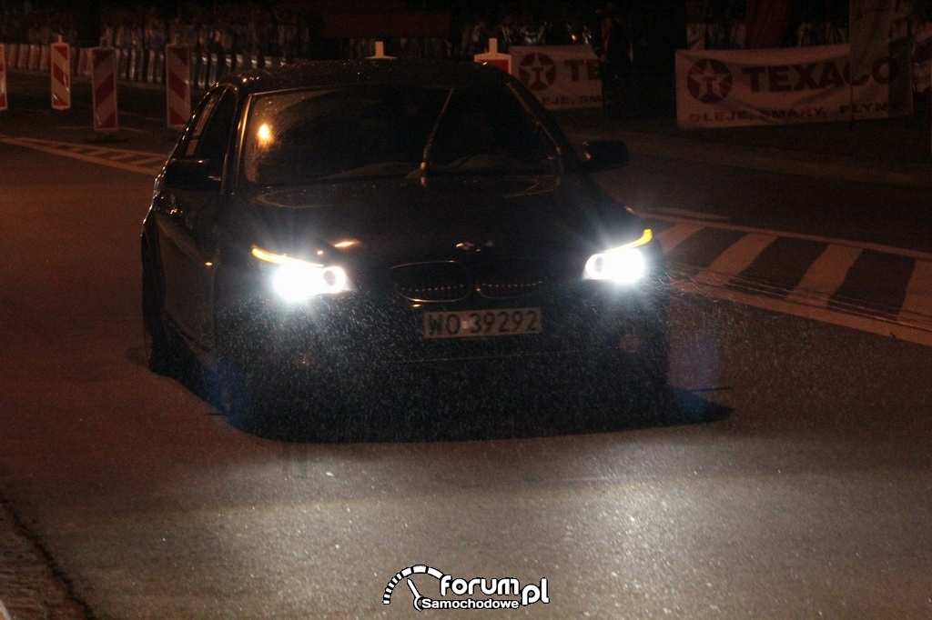 BMW E60 seria 5, mżawka przed startem