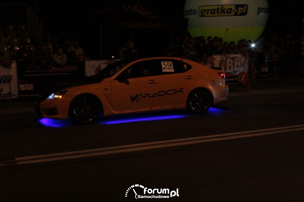 Lexus, niebieskie podświetlenie podwozia
