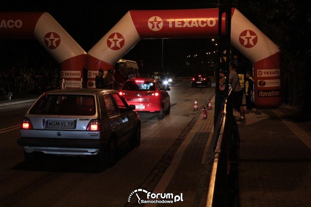 Nocne uliczne wyścigi samochodów
