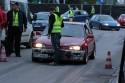 Obsługa techniczna ustawia samochód na lini startu