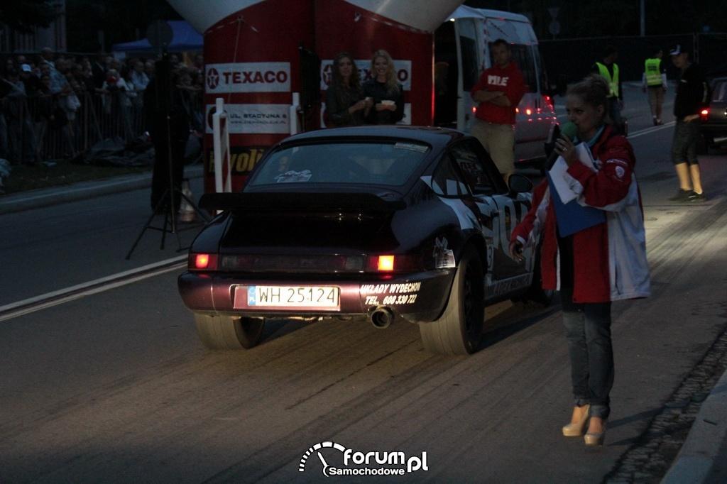 Szerokie kapcie w Porsche z tyłu