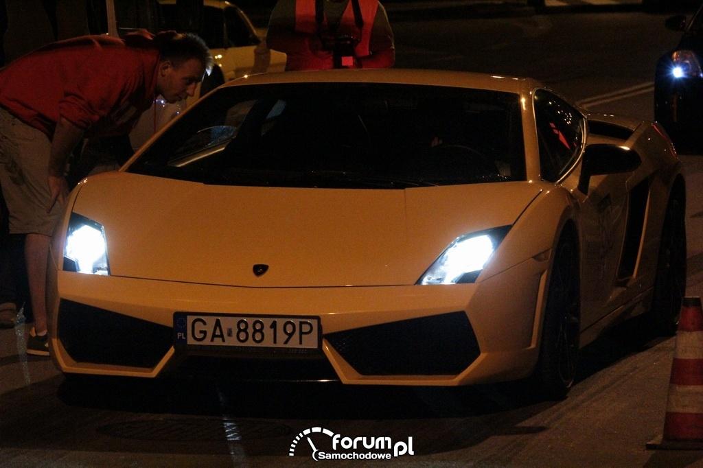 Żółty Lamborghini Gallardo w nocy