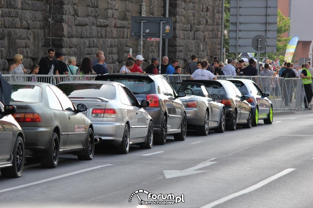 Samochody przed kolejną rundą wyścigu na 1-8 mili