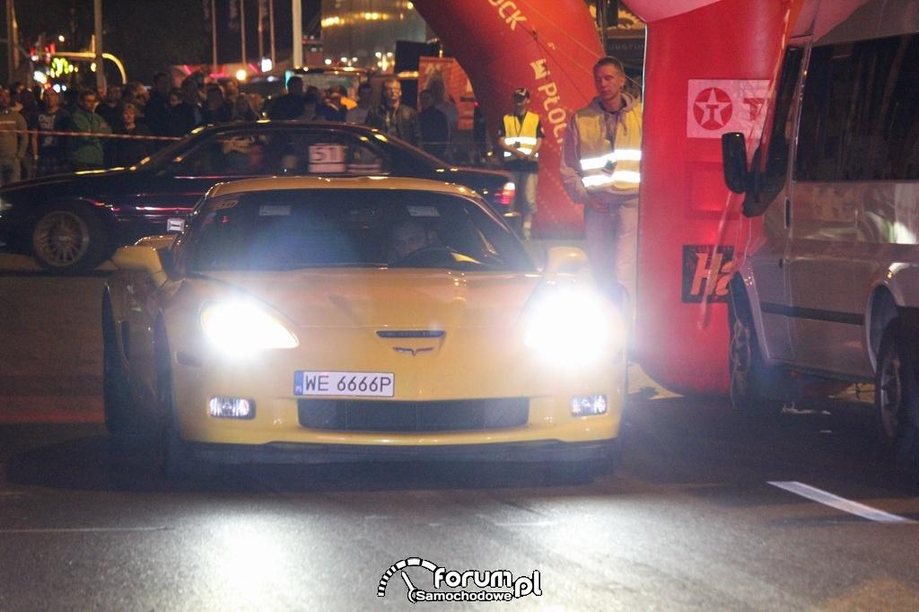 Chevrolet Corvette w nocy, przód