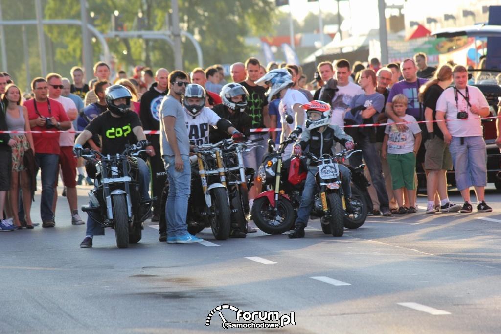 Grupa Wheelieholix, pokazy kaskaderskie na motorach